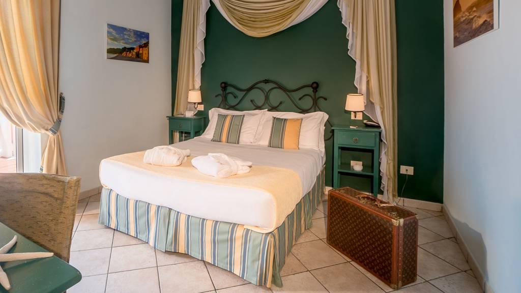 Hotel-Albatros-Varigotti-Camera-Deluxe-Vista-Mare-letto-1