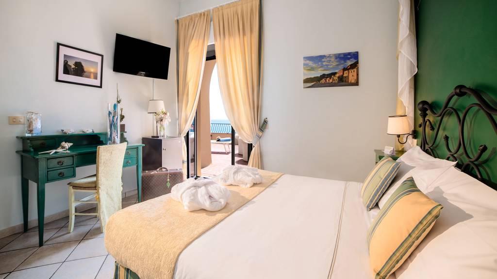 Hotel-Albatros-Varigotti-Camera-Deluxe-Vista-Mare-letto-2