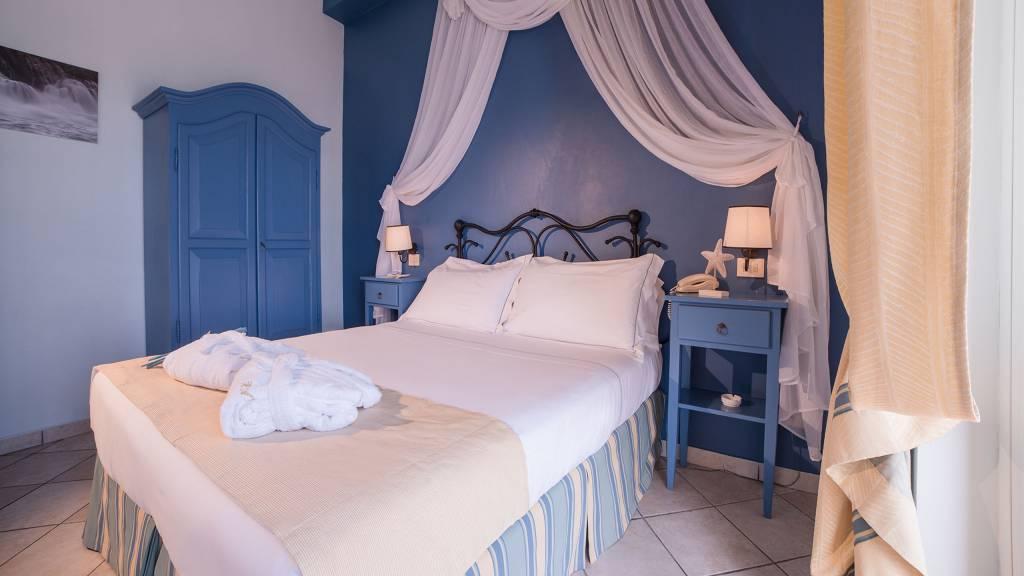 Hotel-Albatros-Varigotti-Camera-Deluxe-Vista-Mare-letto-3