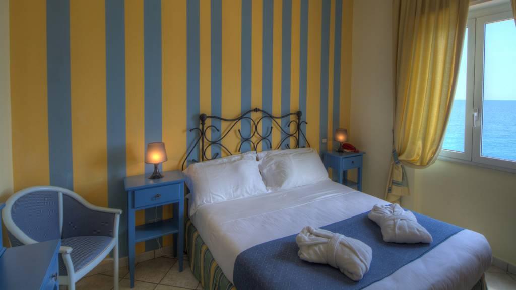 Hotel-Albatros-Varigotti-Camera-Standard-Vista-Mare-Letto-2