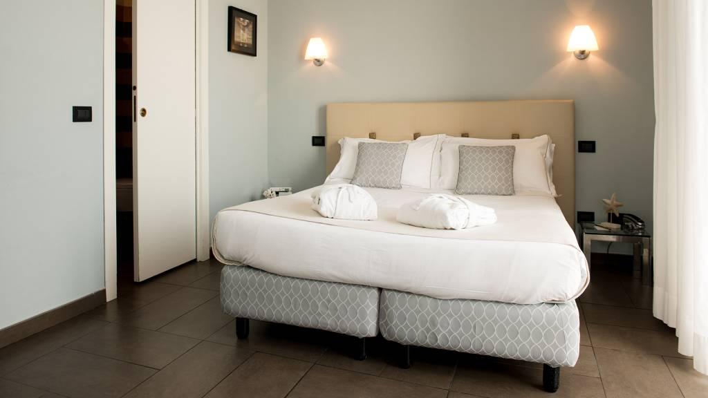 Hotel-Albatros-Varigotti-Camera-Superior-Vista-Mare-Letto-1