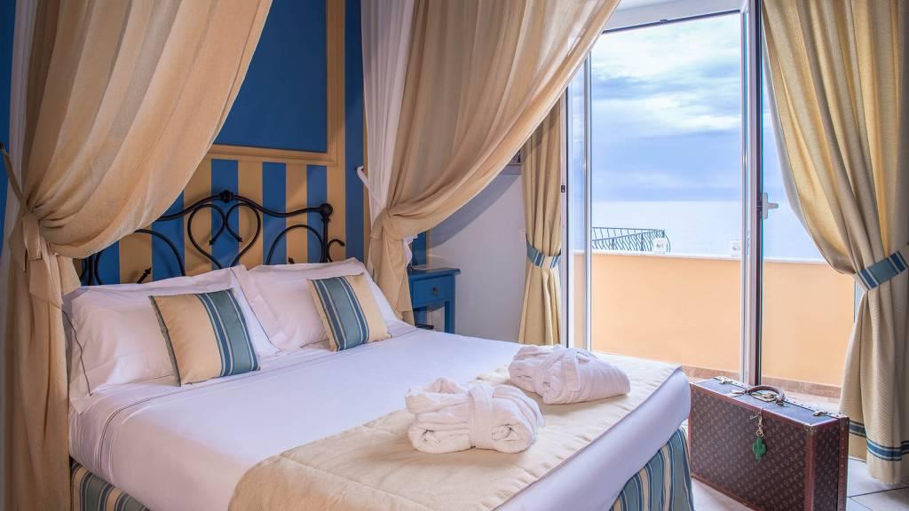 Hotel-Albatros-Varigotti-Camera-Superior-Vista-Mare-Letto-2