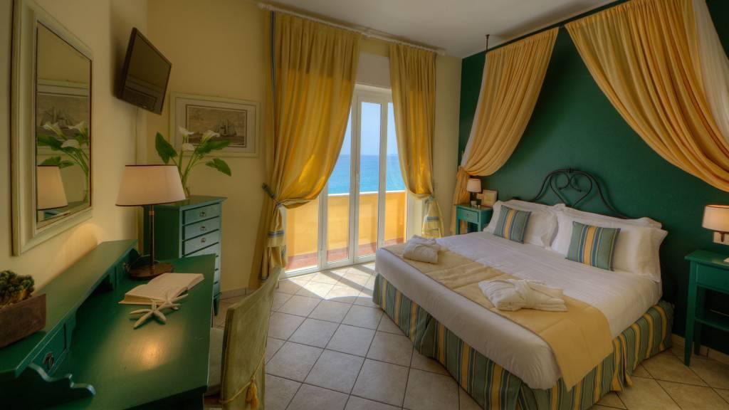Hotel-Albatros-Varigotti-Camera-Superior-Vista-Mare-Letto-5