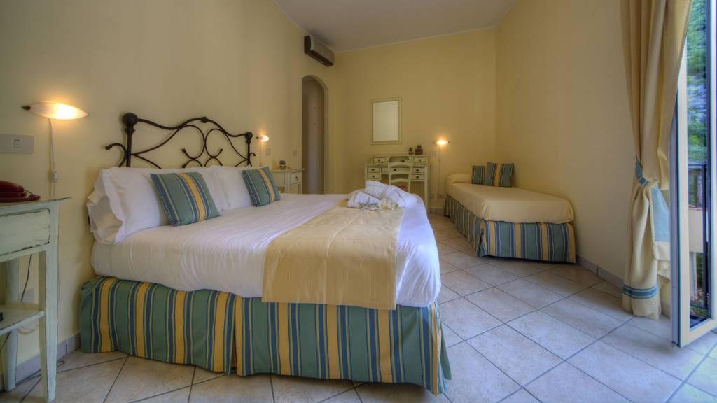 Hotel-Albatros-Varigotti-Camera-Vista-Montagna-Letto-1