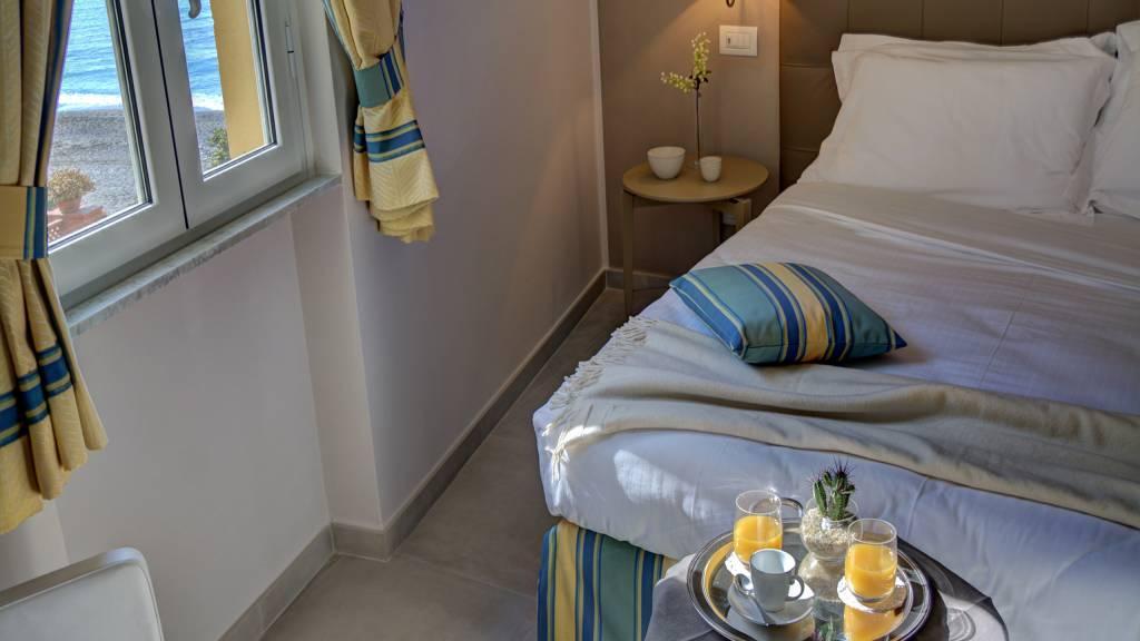 Hotel-Albatros-Varigotti-Camera-Vista-Montagna-Letto-2