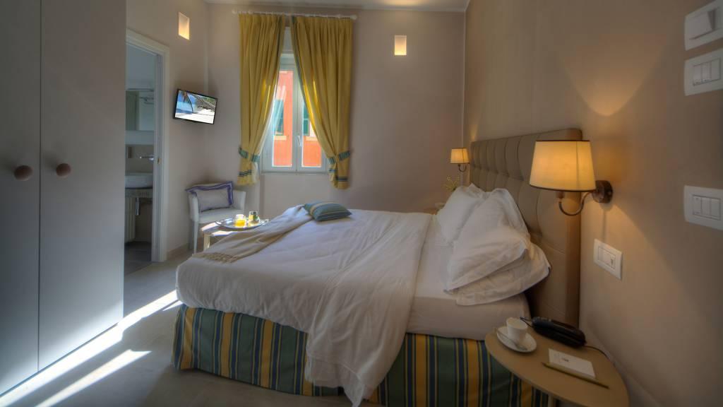 Hotel-Albatros-Varigotti-Camera-Vista-Montagna-Letto-3