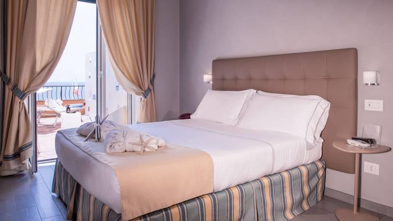 Hotel-Albatros-Varigotti-Camera-Superior-Vista-Mare-Letto-3