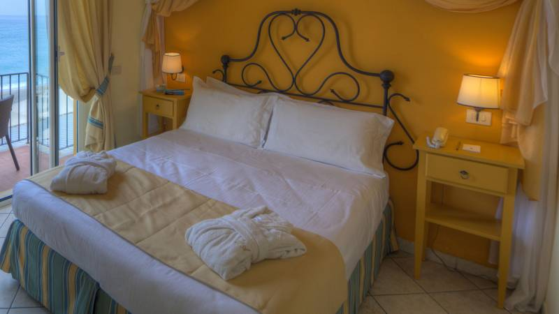 Hotel-Albatros-Varigotti-Camera-Superior-Vista-Mare-Letto-4